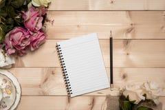 Bloco de notas com o lápis no fundo de madeira Imagens de Stock
