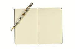 Bloco de notas com páginas em branco e pena Foto de Stock Royalty Free