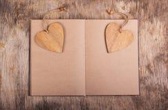 Bloco de notas com páginas vazias e marcador na forma de um coração Valentim de madeira Dia do `s do Valentim Copie o espaço Fotos de Stock Royalty Free