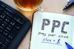 Bloco de notas com pagamento da palavra PPC pelo conceito do clique imagens de stock