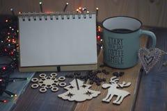 Bloco de notas, copo azul e decorações de madeira no tablenn fotos de stock