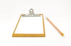 Bloco de notas de papel na placa de madeira com lápis Fotos de Stock