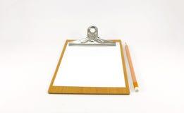 Bloco de notas de papel na placa de madeira com lápis Fotos de Stock Royalty Free