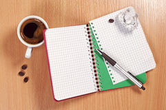 Bloco de notas e café na mesa fotografia de stock
