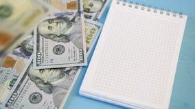 Bloco de notas e dólares de queda video estoque