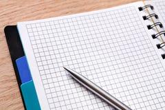 Bloco de notas e diário ou organizador pessoal com pena Fotos de Stock