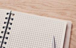 Bloco de notas e diário ou organizador pessoal com pena Imagem de Stock Royalty Free