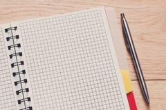 Bloco de notas e diário ou organizador pessoal com pena Imagens de Stock Royalty Free
