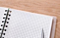 Bloco de notas e diário ou organizador pessoal com pena Imagens de Stock