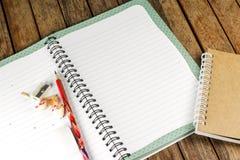 Bloco de notas e lápis em uma mesa Fotografia de Stock Royalty Free