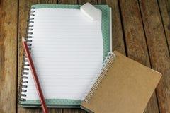 Bloco de notas e lápis em uma mesa Fotos de Stock