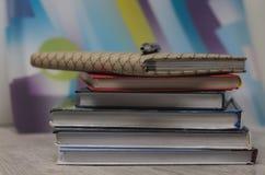 Bloco de notas e livros na tabela De volta ao conceito da escola com espaço da cópia imagens de stock royalty free