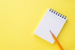 Bloco de notas e lápis Fotografia de Stock Royalty Free