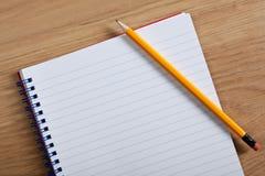 Bloco de notas e lápis em branco Fotografia de Stock Royalty Free