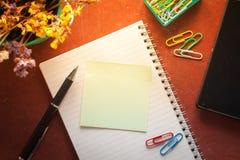 Bloco de notas e papel pegajoso Foto de Stock