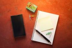 Bloco de notas e papel pegajoso Imagem de Stock