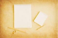 Bloco de notas em branco com lápis fotografia de stock royalty free
