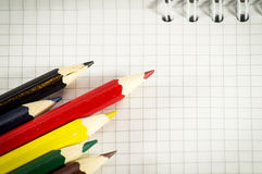 Bloco de notas espiral com grupo de lápis da cor imagem de stock royalty free