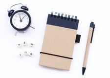 Bloco de notas espiral com um lápis fotografia de stock royalty free