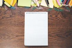 Bloco de notas espiral vazio na tabela de madeira Fotografia de Stock Royalty Free