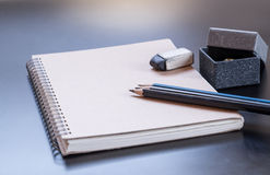 Bloco de notas, lápis, borracha e caixa de presente Imagem de Stock