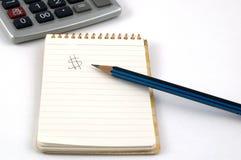Bloco de notas, lápis e calculadora Fotografia de Stock
