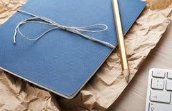 Bloco de notas na mesa de madeira com lápis foto de stock royalty free