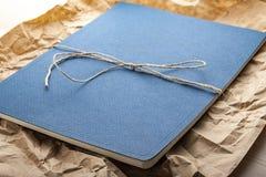 Bloco de notas na mesa de madeira com lápis imagens de stock royalty free