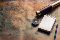 Bloco de notas para a nota com passaporte, binóculos, lápis, compasso, avião no mapa de papel para a imagem da descoberta da aven fotografia de stock royalty free