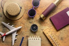 Bloco de notas para a nota com passaporte, binóculos, lápis, compasso, avião no mapa de papel para a imagem da descoberta da aven fotos de stock