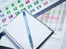 Bloco de notas vazio com calendário e a tabela financeira dos números imagens de stock royalty free