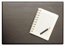 Bloco de notas vazio com lápis imagens de stock royalty free