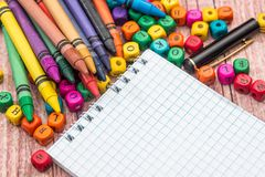 Bloco de notas vazio com lápis e cubos da cor Foto de Stock