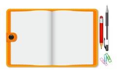 Bloco de notas vazio com pena e lápis, vista superior Ilustração Stock