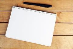 Bloco de notas vazio com pena preta Imagem de Stock