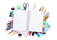 Bloco de notas vazio sobre a escola e materiais de escritório na tabela do escritório imagens de stock royalty free