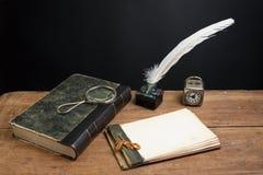 Bloco de notas velho, livro, quill, lupa Foto de Stock Royalty Free