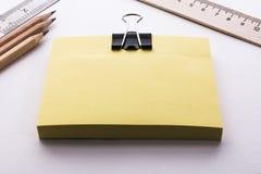 Bloco de réguas e de lápis das folhas amarelas Fotos de Stock Royalty Free