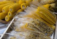 Bloco do milho bolied na bandeja no mercado Foto de Stock Royalty Free