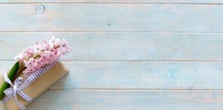 Bloco do presente decorado com flores Fotografia de Stock Royalty Free