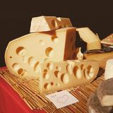 Bloco do queijo com uma nota Imagens de Stock