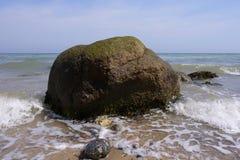Bloco errático na ressaca - mar Báltico imagem de stock