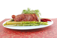 Bloco grande da carne no prato azul imagens de stock