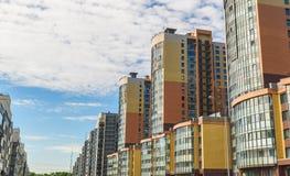 Bloco novo de apartamentos modernos com balc?es e de c?u azul no fundo imagens de stock