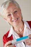 Bloco sênior do medicamento de venta com receita da terra arrendada da mulher Imagem de Stock Royalty Free
