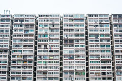 Bloco velho de prédio de apartamentos no estilo asiático Fotos de Stock Royalty Free