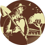 Bloco xilográfico orgânico do círculo de Holding Shovel Farm do fazendeiro ilustração do vetor