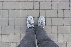 Blocos cinzentos do tijolo com pés do homem Fotos de Stock Royalty Free