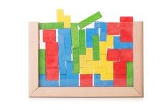 Blocos coloridos de madeira do brinquedo, tijolos de construção, blocos de apartamentos isolados em um fundo branco Imagens de Stock