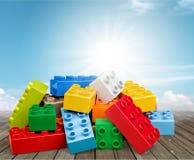 Blocos coloridos do plástico do brinquedo no fundo azul Imagens de Stock Royalty Free
